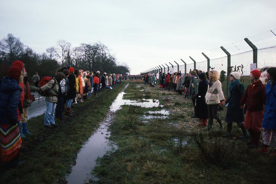 Twenty thousand women encircle the Base (Dwadzieścia tysięcy kobiet otacza bazę), fot. Paula Allen