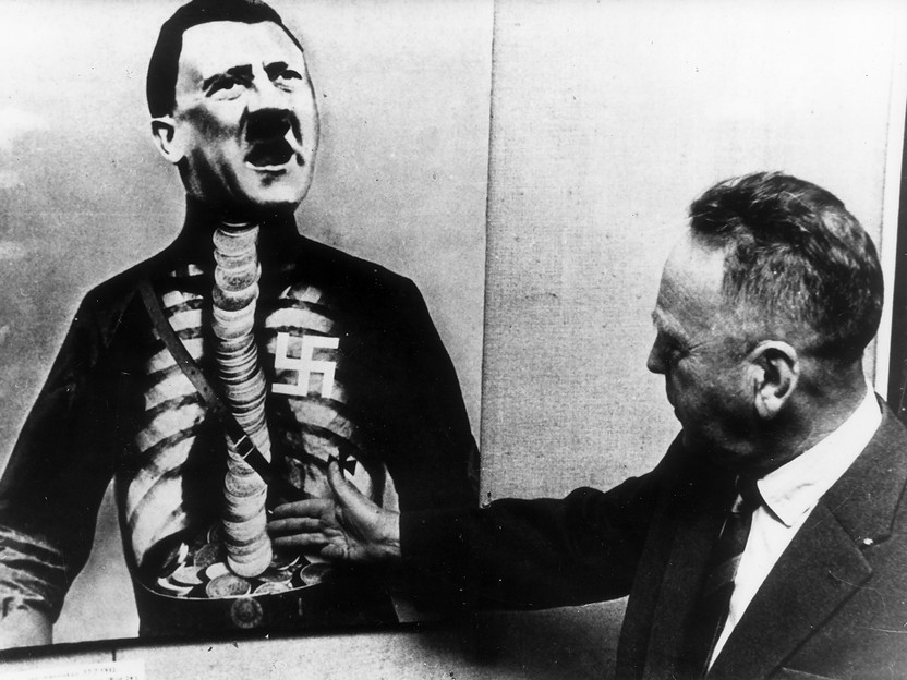 John Heartfield z fotomontażem Adolf Nadczłowiek / John Heartfield with the Adolf The Superman montage, ok. / around 1934