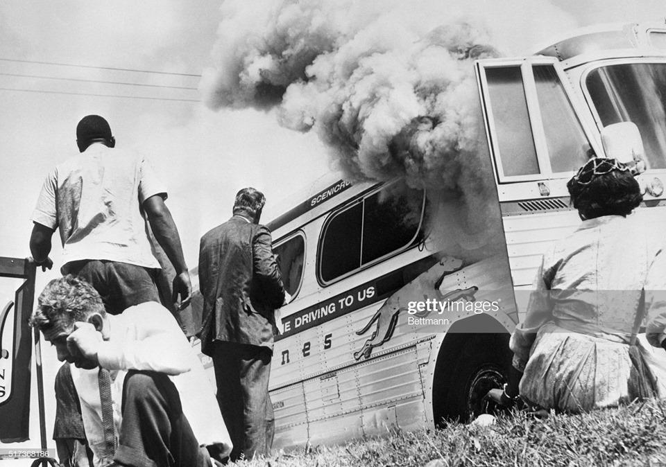 Bettmann - pożar autokaru / burning bus, The Freedom Ride, Anniston, Alabama, 14.05.1961.
