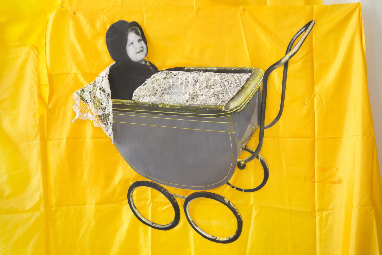 """Ewa Kuryluk w wózeczku, fotomontaż i kolaż ze starych fotografii, fragment instalacji """"Kraków 1946"""" w Galerii Artemis, Kraków 2019"""