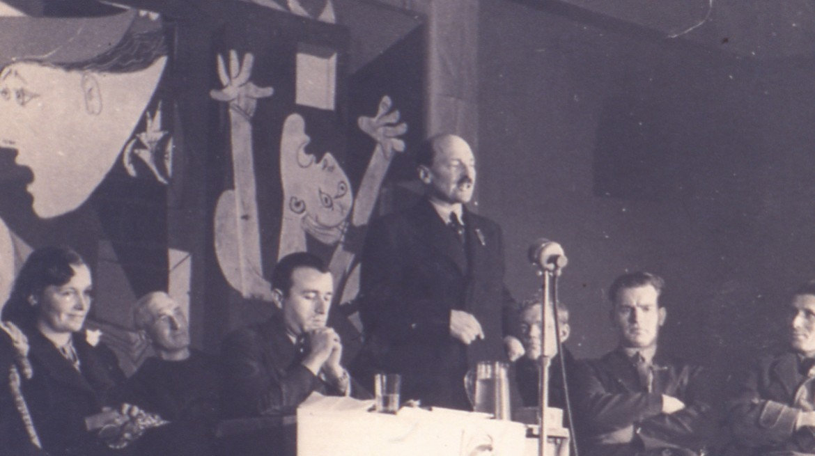 Clement Attlee przemawiający podczas otwarcia pokazu Guerniki Picassa w londyńskiej Whitechapel Gallery, 1939 / Clement Attlee speaks at the opening of the Picasso's Guernica exhibition in London's Whitechapel Gallery, 1939